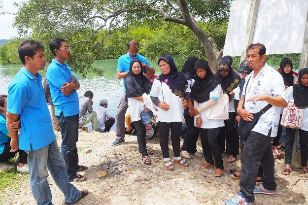 Discussion between communities on mangrove conservation & restoration.
